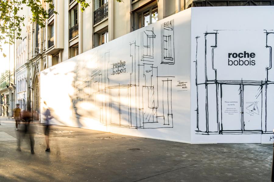 Mise en valeur de la boutique Roche Bobois par une palissade de chantier
